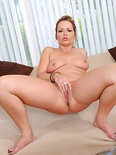 Anilos.com - Freshest mature women on the net featuring Anilos Kelly Leigh mature naked