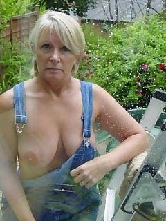 Super hot older moms. Look at how sexy and mature their bodies are.