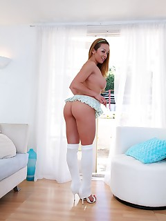 Mia Lelani sucks and strokes a cock to get cumshot