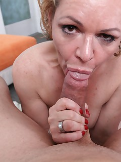 MILF Kelly Leigh is desperate to swallow dick deep