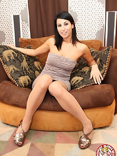 Hot and horny MILF Sophia Bella deepthroats a cock