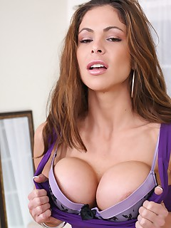 Sexy mom Hunter Bryce impaling her mouth on a cock