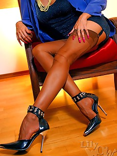LilyWOW: The Hottest Leggy MILF  worldwide in Stockings Nylons and Pantyhose!
